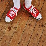 plancher de bois, souliers rouge